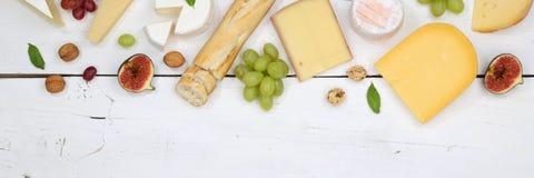 Schweizare för platta för ostbrädeuppläggningsfat panerar camembertcopyspacebanne fotografering för bildbyråer