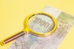 Schweizare 1000 franc sedlar under förstoringsglaset arkivfoto