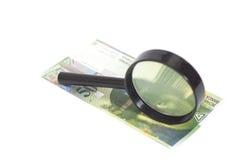 Schweizare 50 franc sedlar under förstoringsglaset Royaltyfri Foto