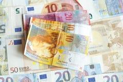 Schweizare Frank Bills som ett euro fakturerar Fotografering för Bildbyråer