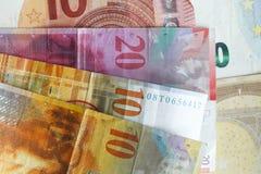 Schweizare Frank Bills som ett euro fakturerar Arkivbild