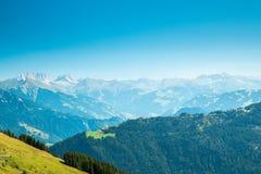 Schweizare landskap med berg Royaltyfri Bild