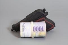 Schweizare tusen franc i en rulle och ett vapen Arkivfoto