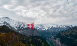 Schweizareflagga i fjällängarna arkivbilder