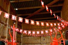 Schweizareflaggor i ladugård Arkivfoto