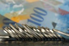 Schweizaremynt och schweizisk sedel arkivbild