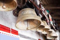 Schweizaren skrämmer Klockor som hänger i chalet som garneringar Arkivbild