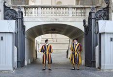 Schweizaresoldater som bevakar Vaticaneningången Arkivbild