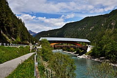 Schweizer Alpe-Brücke über dem Fluss-Gasthaus Lizenzfreie Stockfotografie