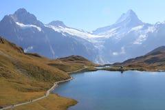 Schweizer Alpen: Bachalpsee wandernde Spur von Jungfrau Lizenzfreie Stockfotos