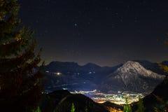 Schweizer Alpen-Gebirgsstadt bis zum Nacht lizenzfreies stockbild