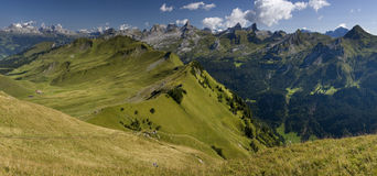 Schweizer Alpen - grünes Tal - panoramische Ansicht Lizenzfreies Stockfoto