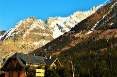 Schweizer Alpen im Winter und in den Hügeln lizenzfreies stockfoto