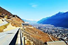 Schweizer Alpen und Ansicht von Dörfern von der Straße lizenzfreie stockfotografie