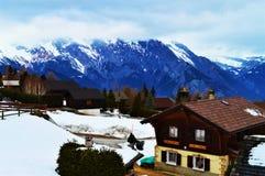 Schweizer Alpen und Dächer lizenzfreie stockbilder