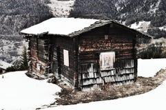Schweizer Alpen und hölzerne Halle, Weinlesefarben stockfotografie