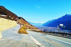Schweizer Alpen und Panoramablick von Dörfern von der Straße stockbilder
