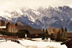 Schweizer Alpen und touristisches Dorf stockfotografie