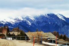 Schweizer Alpen und Winterstraße lizenzfreie stockfotografie