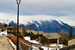 Schweizer Alpen von einer Dorfstraße stockfoto