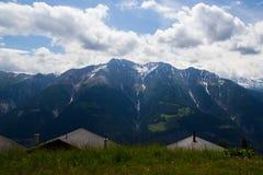 Schweizer Alpen während des Sommers Stockfotos