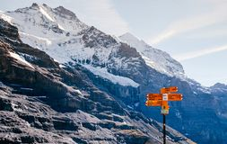 Schweizer Alpenansicht- und -Wanderwegwegzeichen nahe Eigergletscher, Jungfrau-Region, die Schweiz lizenzfreies stockbild