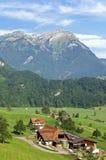 Schweizer Bauernhof in der Alpen-Berglandschaft lizenzfreie stockfotografie