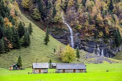 Schweizer Bauernhof hoch in den Alpen Stockfotos