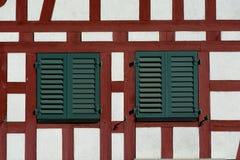 Schweizer Bauholz gestaltete Wand mit Fenstern Stockfoto