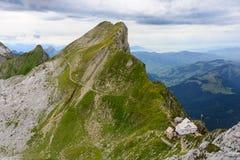 Schweizer Bergblick mit Chalet Stockbild