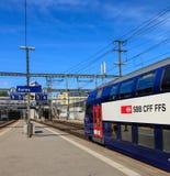 Schweizer Bundeseisenbahnen bilden an einer Plattform der Aarau-Eisenbahn aus Stockfotografie