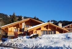 Schweizer Chalet im Winter Stockfoto