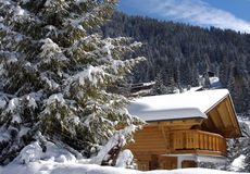 Schweizer Chalet im Winter Stockfotos