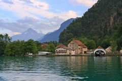 Schweizer Dorf auf dem See lizenzfreies stockbild
