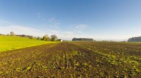 Schweizer Dorf umgeben durch gepflogene Felder Stockfotos