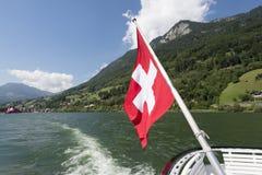 Schweizer Flagge auf der Unterseite eines Passagierschiffs Lizenzfreie Stockfotos