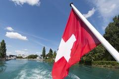 Schweizer Flagge auf der Unterseite eines Passagierschiffs Stockfotos