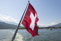 Schweizer Flagge auf der Unterseite eines Passagierschiffs Lizenzfreie Stockbilder