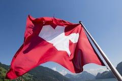 Schweizer Flagge auf der Unterseite eines Passagierschiffs Stockbild