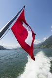 Schweizer Flagge auf der Unterseite eines Passagierschiffs Lizenzfreie Stockfotografie