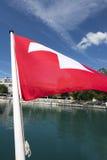 Schweizer Flagge auf der Unterseite eines Passagierschiffs Lizenzfreies Stockbild