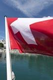 Schweizer Flagge auf der Unterseite eines Passagierschiffs Stockfotografie