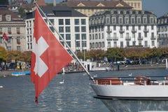 Schweizer Flagge durch das Boot des Passagiers Lizenzfreie Stockbilder