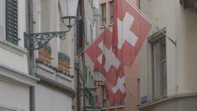 Schweizer Flaggen auf einer Straße in Zürich stock video