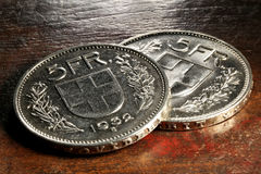 Schweizer 5-Franc-Silbermünzen stockbilder