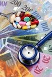 Schweizer Franc und Stethoskop lizenzfreie stockfotos