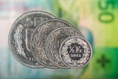 1, 2, 5 Schweizer Franke und 50 Schweizer-Cent-Münze mit 50 Schweizer Franken Lizenzfreies Stockbild