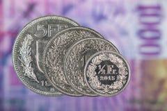 1, 2, 5 Schweizer Franke und 50 Schweizer-Cent-Münze mit 1000 Schweizer Franken Stockfoto