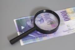 Schweizer 1000-Franken-Banknoten unter Lupe Stockbild
