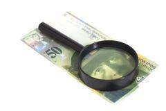 Schweizer 50-Franken-Banknoten unter Lupe Stockbild